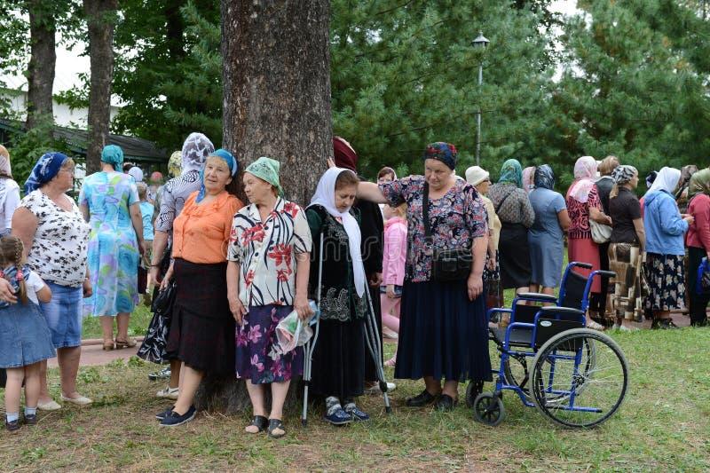 Pellegrini a cedro curativo Convento di Vvedensky Tolga immagine stock libera da diritti