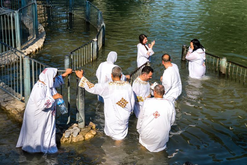 Pellegrini cristiani non identificati durante la cerimonia di massa di battesimo a fotografia stock