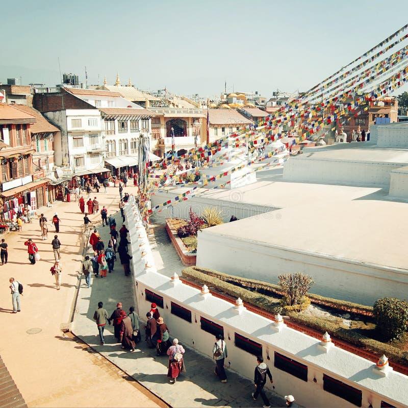 Pellegrini e turisti che camminano intorno allo stupa di Boudha - retro effetto immagine stock