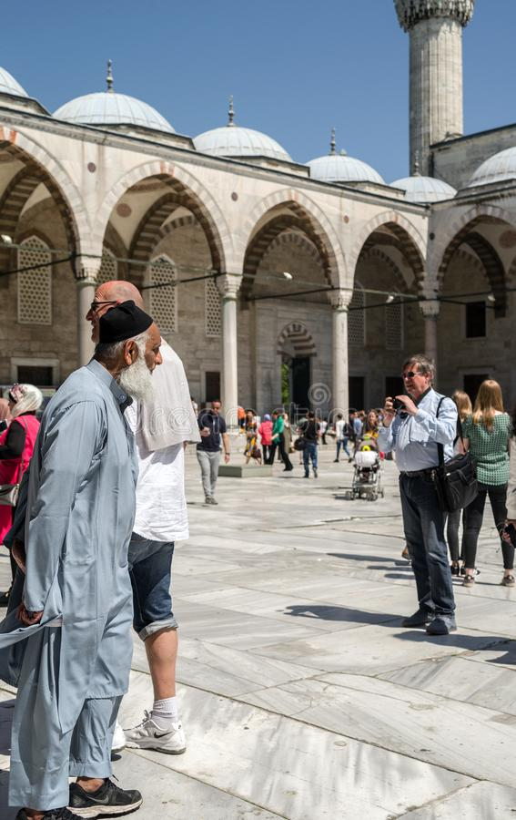 pellegrini e turisti nel cortile della moschea blu, moschea storica situata a Costantinopoli, Turchia Un sito turistico popolare fotografia stock libera da diritti