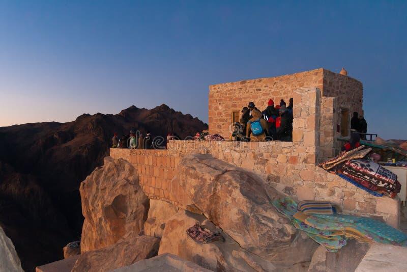 Pellegrini sulla cima del supporto Mosè che attende l'alba fotografie stock