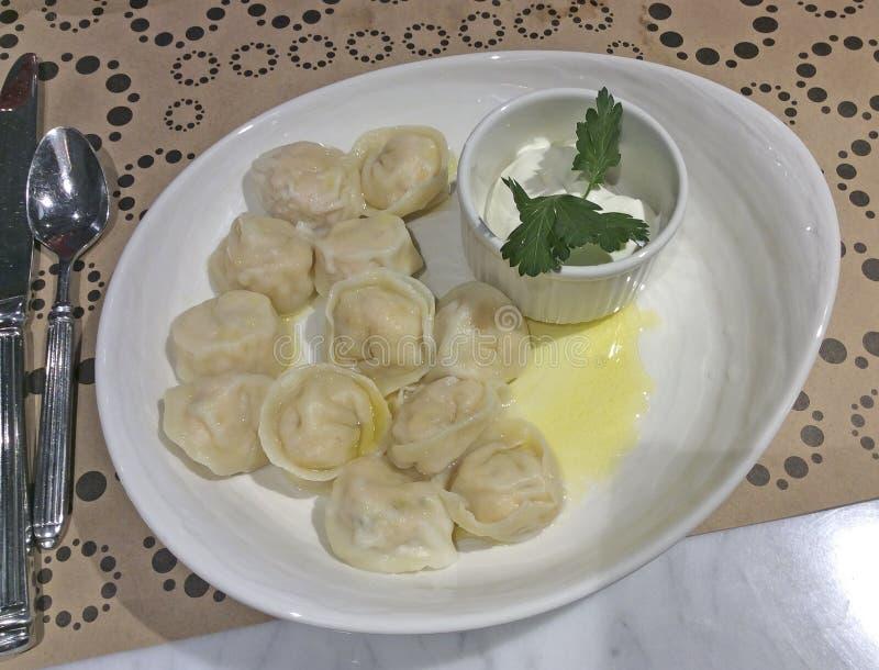Pelmeni mit Butter, russische Küche lizenzfreie stockfotografie
