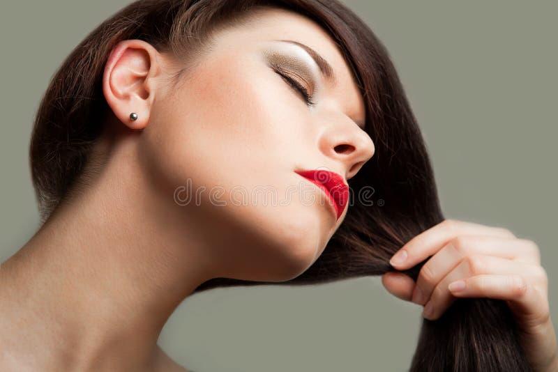 Pelo de Brown. Mujer hermosa con el pelo largo sano imagen de archivo libre de regalías