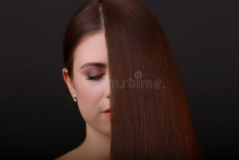 Pelo de Brown Mujer hermosa con sano imagen de archivo