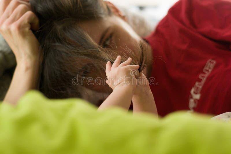 Pelo de los mom's del control del niño Vida familiar Madre y pequeña hija fotografía de archivo