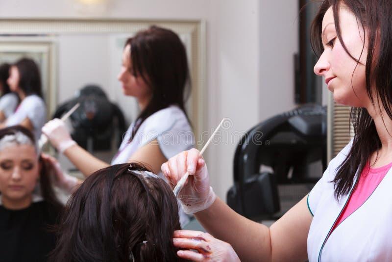 Pelo de muerte de la mujer en salón de belleza de la peluquería. Por el peluquero. imagenes de archivo