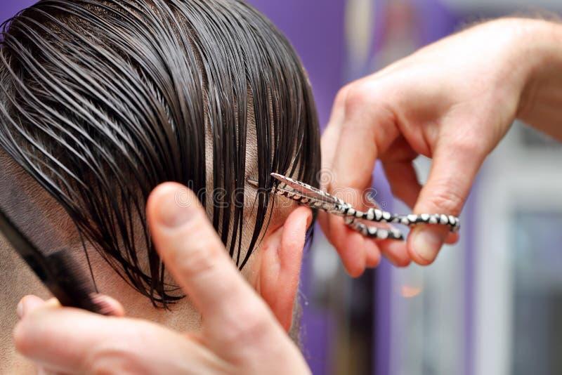 Pelo del ajuste del peluquero con las tijeras fotografía de archivo