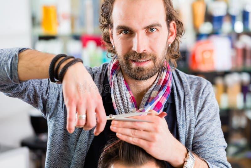 Pelo del hombre del ajuste del peluquero en tienda del peluquero imágenes de archivo libres de regalías