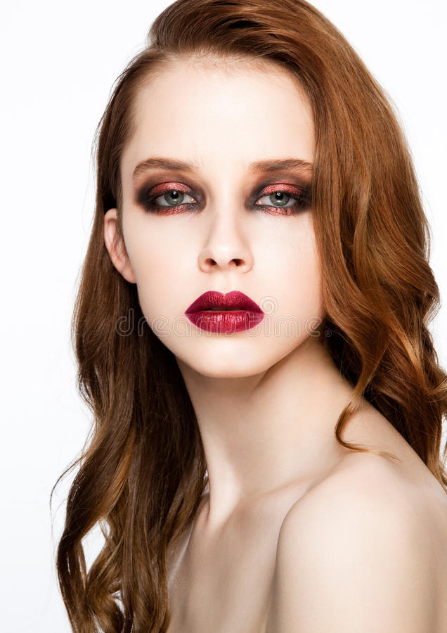 Pelo del jengibre del modelo de moda de la belleza y maquillaje rojo foto de archivo