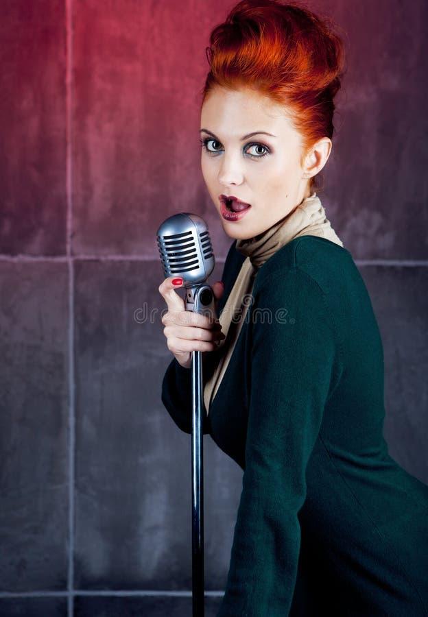 Pelo del rojo del cantante de sexo femenino imagen de archivo