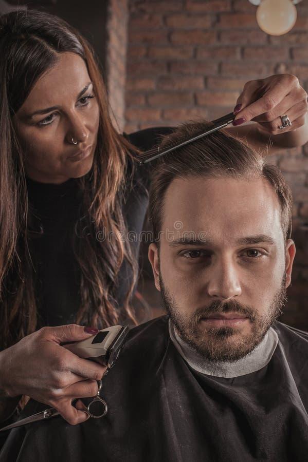 Pelo femenino del peinado del peluquero del hombre imagenes de archivo
