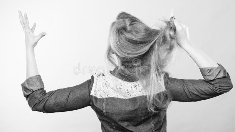 Pelo furioso del tirón de la mujer fuera de la cabeza imagen de archivo libre de regalías