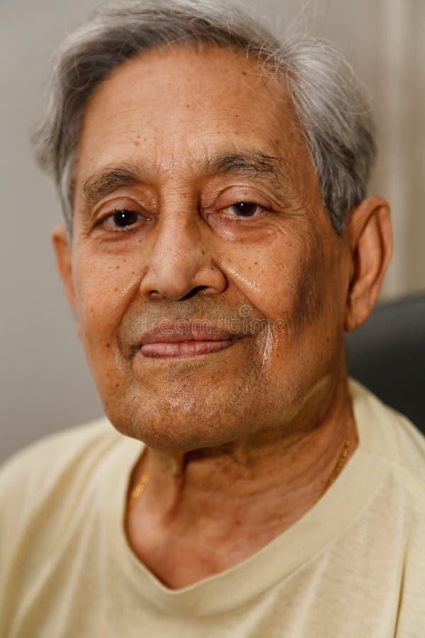 Pelo indio del gris del hombre fotografía de archivo