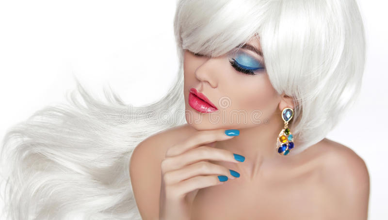 Pelo largo blanco Maquillaje del ojo Rubio hermoso con joyería de la moda imagen de archivo libre de regalías