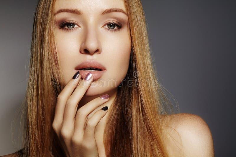 Pelo largo de la moda Muchacha rubia hermosa, Estilo de pelo brillante recto sano Modelo de la mujer de la belleza Peinado liso foto de archivo libre de regalías