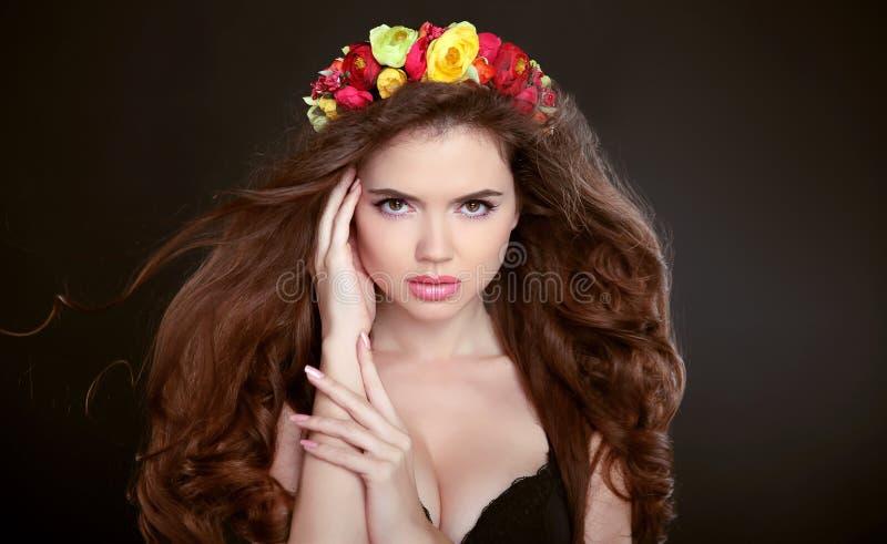 Pelo largo maquillaje Retrato hermoso de la muchacha con la guirnalda del flowe fotografía de archivo libre de regalías