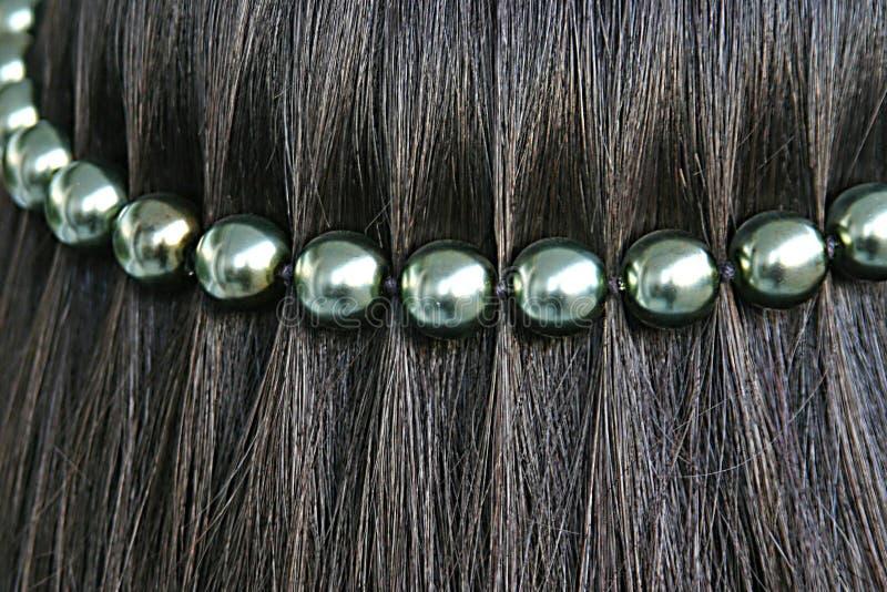Pelo negro con la cadena de la perla foto de archivo