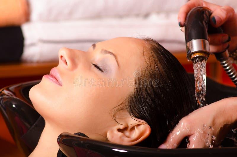 Pelo que se lava de la muchacha en el peluquero fotografía de archivo libre de regalías