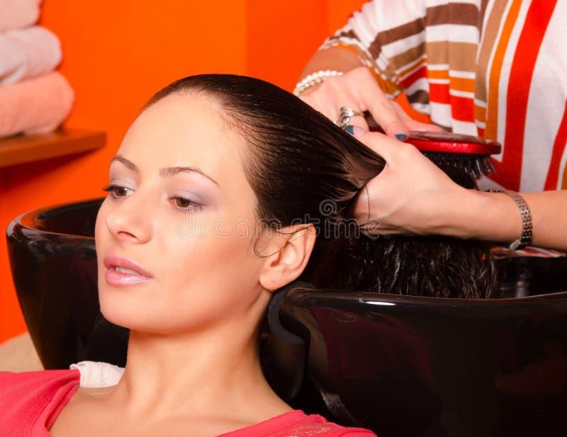 Pelo que se lava de la muchacha en salón moderno de la peluquería fotografía de archivo