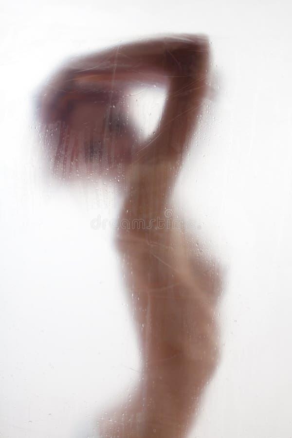Pelo que se lava de la mujer hermosa en ducha imagenes de archivo