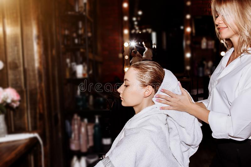Pelo que se lava de la mujer hermosa en una peluquería foto de archivo libre de regalías
