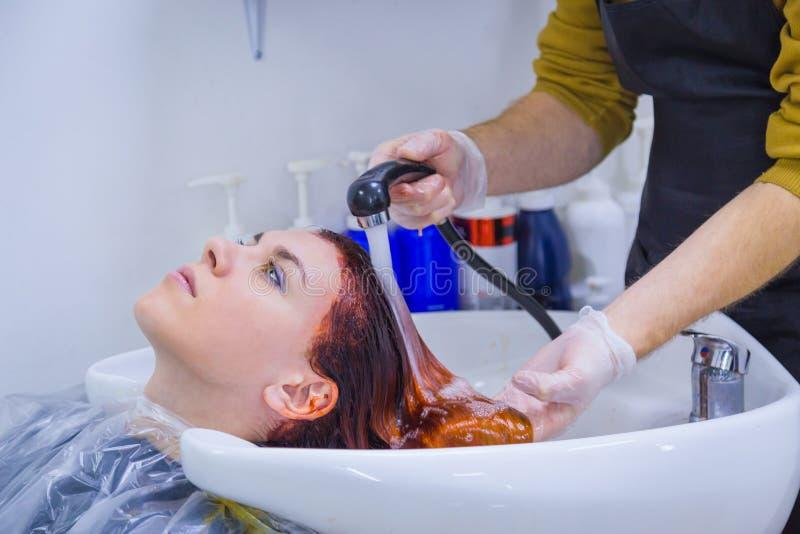 Pelo que se lava del peluquero del cliente de la mujer fotos de archivo libres de regalías