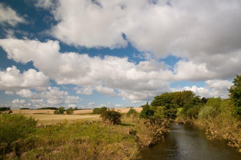 Pelo rio em northumberland imagens de stock