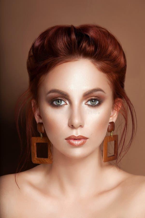 Pelo rojo del encanto de la belleza del retrato apacible de la mujer recogido imagenes de archivo