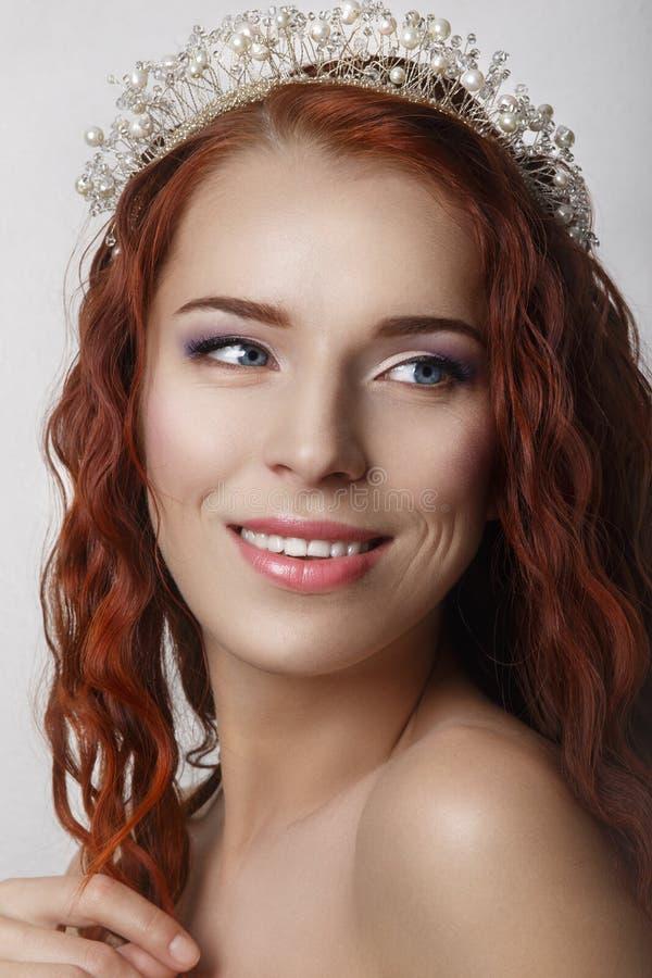 Pelo rojo Novia hermosa con el pelo largo rizado Imagen de alta calidad Retrato sonriente hermoso de la mujer en el fondo blanco fotografía de archivo
