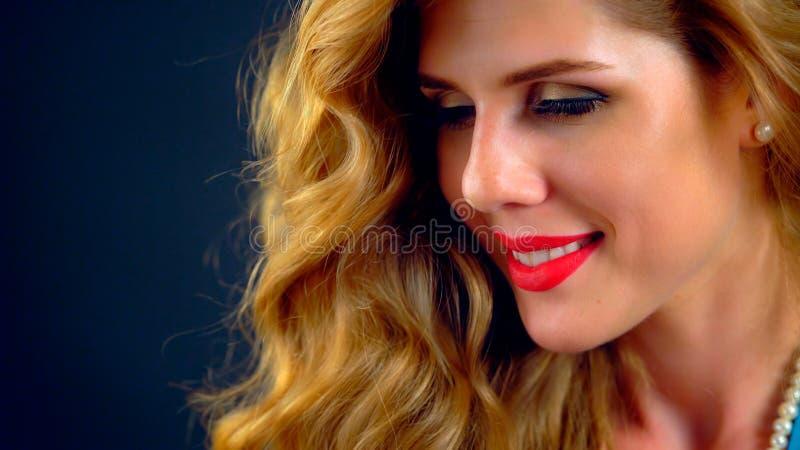 Pelo rubio de la peluca hermosa de la muchacha fotografía de archivo