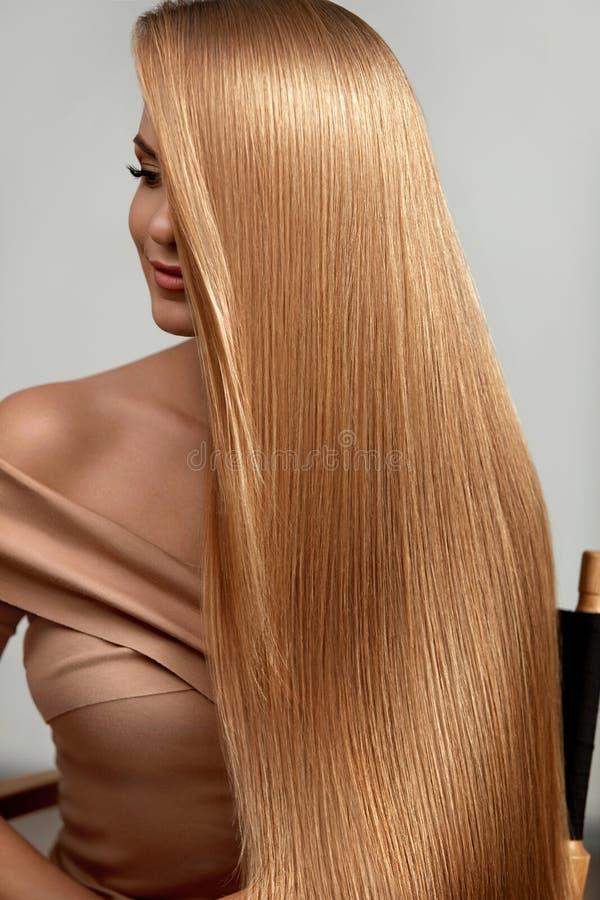 Pelo rubio largo Mujer hermosa con el pelo recto sano foto de archivo libre de regalías