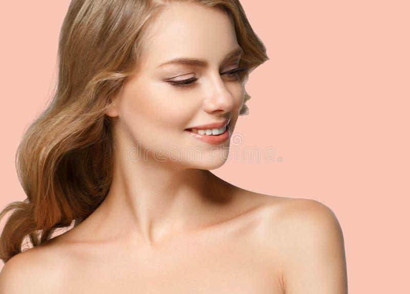 Pelo rubio modelo de la muchacha hermosa de la mujer en fondo de moda rosado del color del verano fotos de archivo libres de regalías