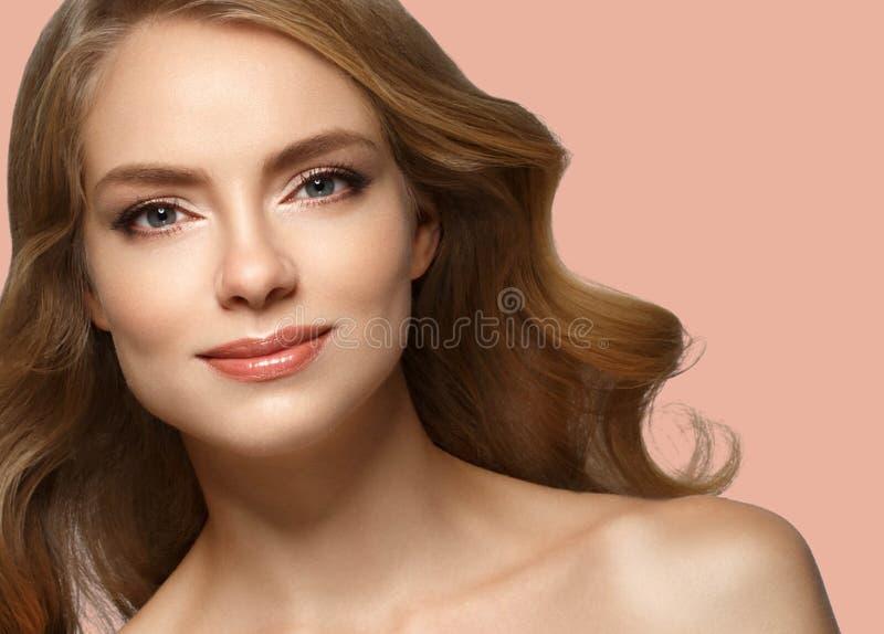 Pelo rubio modelo de la muchacha hermosa de la mujer en fondo de moda rosado del color del verano fotografía de archivo libre de regalías