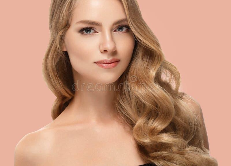Pelo rubio modelo de la muchacha hermosa de la mujer en fondo de moda rosado del color del verano imagenes de archivo