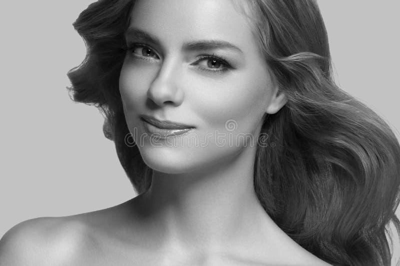 Pelo rubio modelo de la muchacha hermosa de la mujer en fondo de moda rosado del color del verano foto de archivo libre de regalías