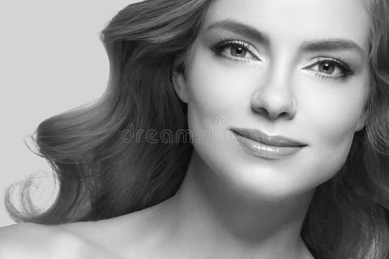 Pelo rubio modelo de la muchacha hermosa de la mujer en fondo de moda rosado del color del verano fotografía de archivo