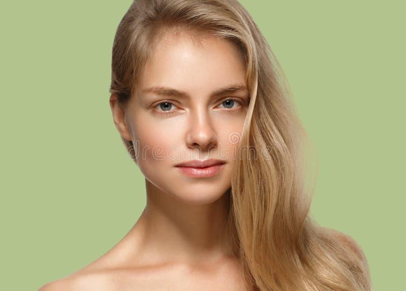 Pelo rubio modelo de la muchacha hermosa de la mujer en fondo de moda verde del color del verano fotos de archivo libres de regalías