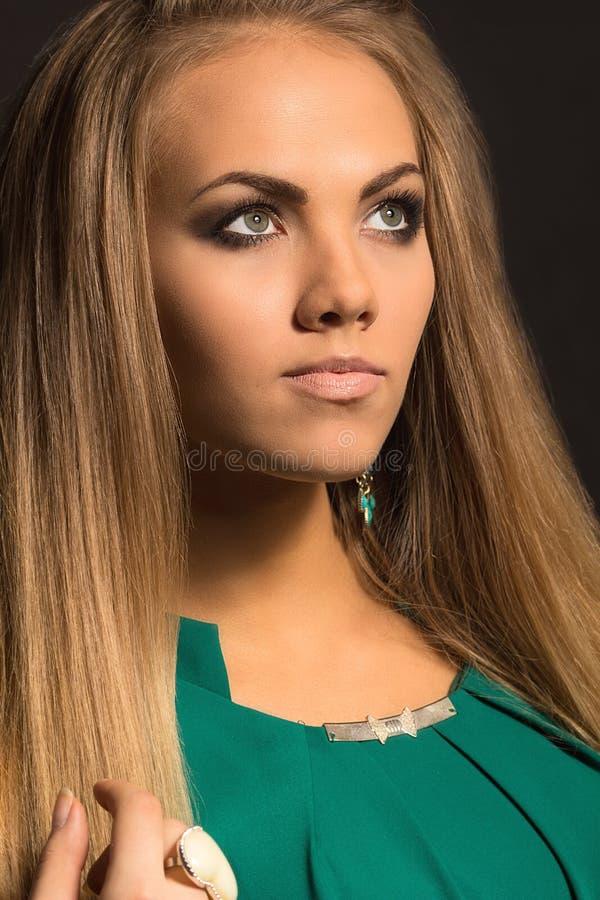 Pelo rubio Mujer hermosa con el pelo largo recto imágenes de archivo libres de regalías