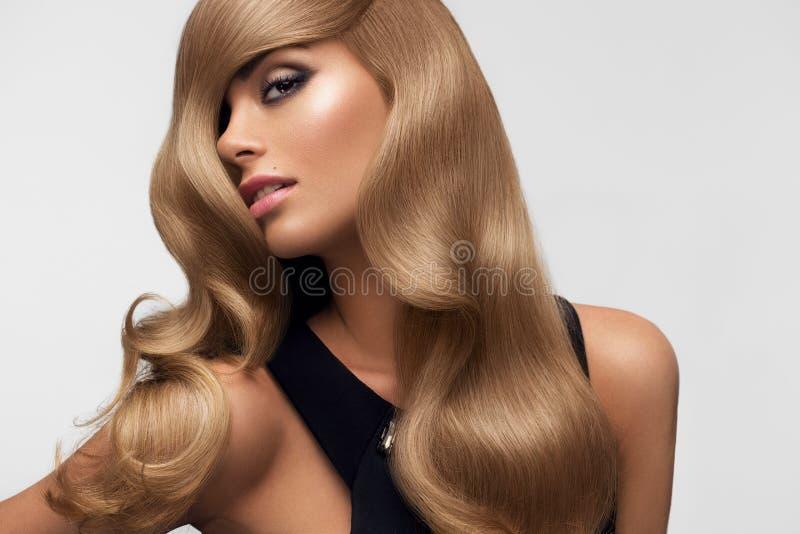Pelo rubio Retrato del Blonde hermoso con el pelo ondulado largo Hola fotografía de archivo libre de regalías