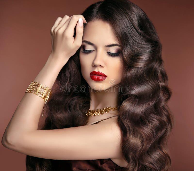 Pelo sano maquillaje Muchacha morena hermosa con hai ondulado largo fotos de archivo