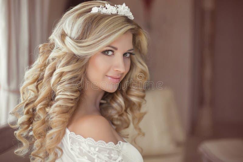 Pelo sano Novia sonriente hermosa de la muchacha con el rizo rubio largo foto de archivo