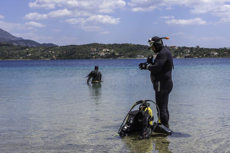 PELOPONESSE, GRÈCE, LE 21 AVRIL 2018 : Un groupe de préparation de plongeurs image libre de droits