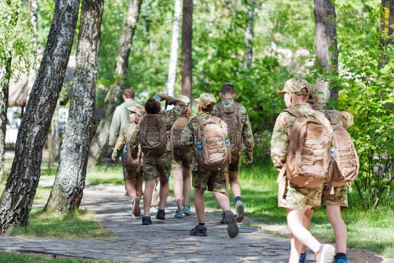Pelotão dos adolescentes, membros da organização Scouting nacional da juventude de Plast fotos de stock royalty free