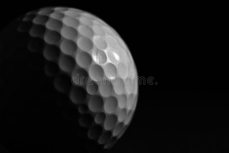 Pelota de golf blanca en fondo negro imagen de archivo libre de regalías
