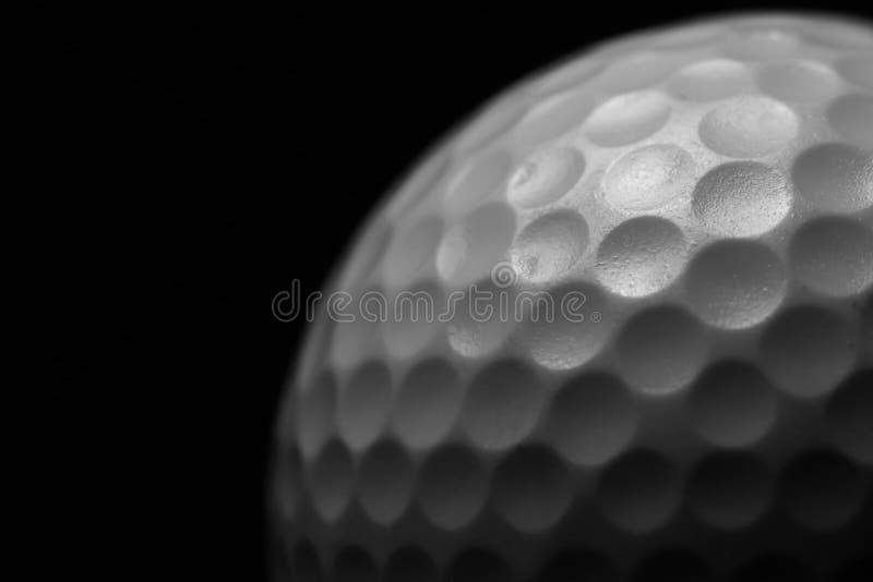 Pelota de golf blanca en fondo negro fotografía de archivo libre de regalías