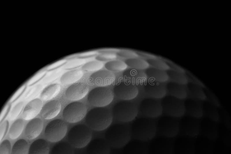 Pelota de golf blanca en fondo negro fotografía de archivo