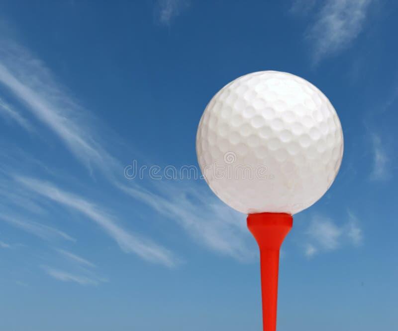 Pelota de golf con el cielo imagen de archivo