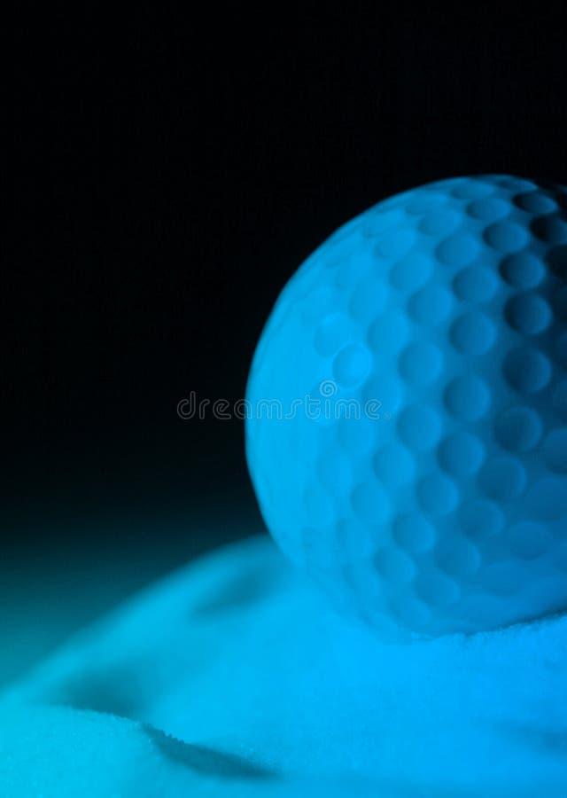 Pelota de golf en azul imagen de archivo libre de regalías
