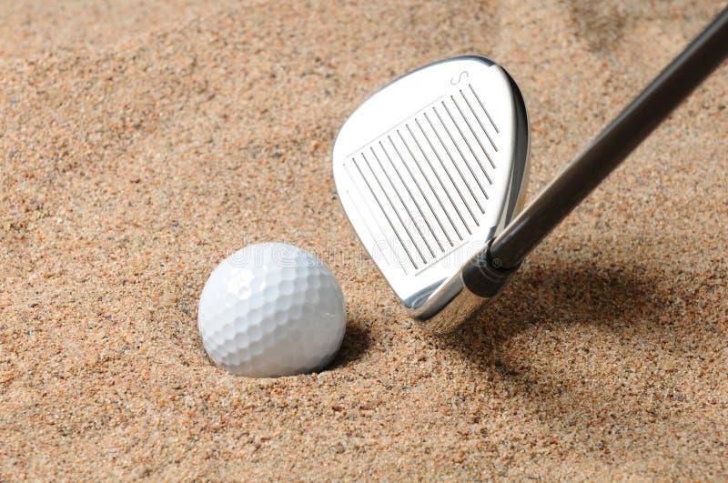 Pelota de golf en desvío de arena imagen de archivo