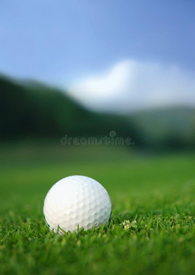 Pelota de golf en el curso fotos de archivo